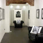 vernissage_mostra_arte_galleria_chester_chesterfield_club_nero_black_poltrona_armchair_divano_sofa