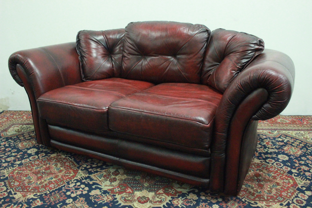 Divano modello chesterfield 2 posti bordeaux originale for Divano bordeaux
